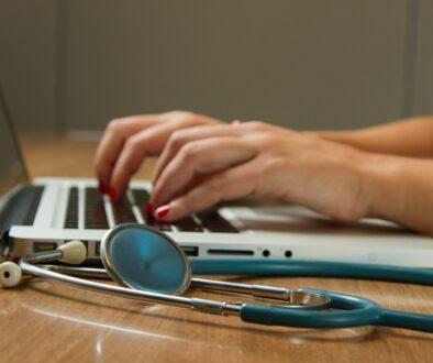 offener Laptop und Stetoskop